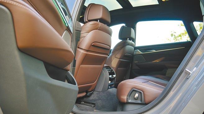 3,070mm長軸距更造就BMW 630i Gran Turismo M Sport超寬敞後座空間,圖中還可見全景電動玻璃天窗。攝影/于模珉
