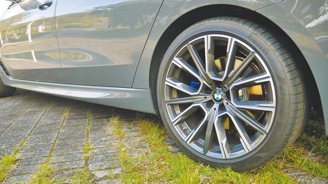 試駕車額外選配M款20吋星輻式鋁圈。攝影/于模珉