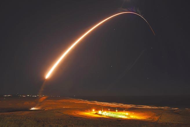 台灣時間24日,在魏柏號巡弋台海同一天,美軍從加州基地試射義勇兵3型洲際飛彈,成功擊中西太平洋馬紹爾群島的靶場。(美聯社)