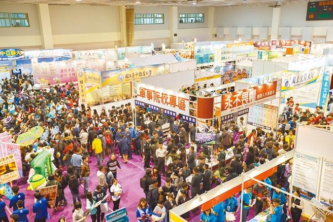 圖為2018年大學博覽會,許多學生及家長前來參與。(本報資料照片)