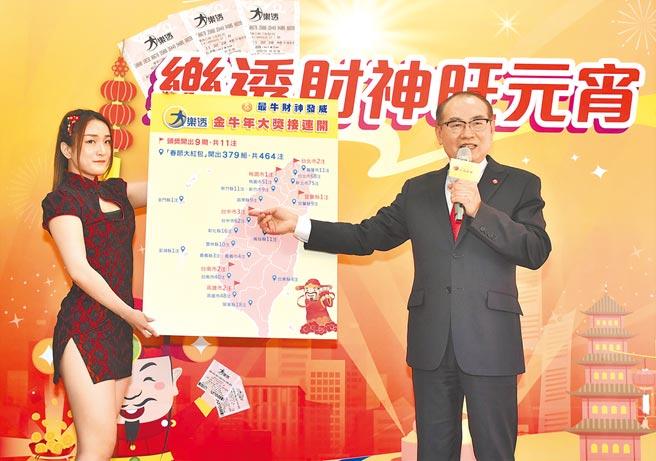 台灣彩券公司總經理蔡國基(右)呼籲民眾把握25日威力彩頭獎上看7.2億元的機會。(林瑞益攝)