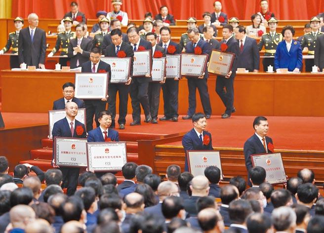 大陸全國脫貧攻堅總結表彰大會25日在北京人民大會堂舉行。(中新社)