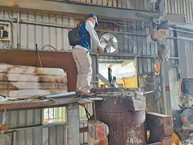 環保局布線8年,24日在林口查獲汙染空氣的非法工廠。(環保局提供/戴上容新北傳真)