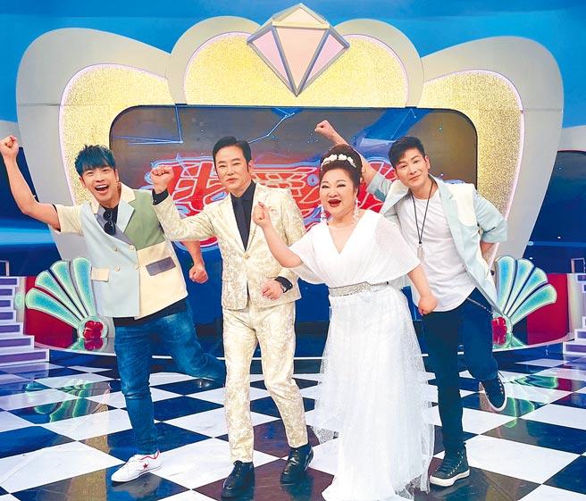 東諺(左起)、陽帆、白冰冰、阿文一起主持《我愛冰冰Show》。(中視提供)