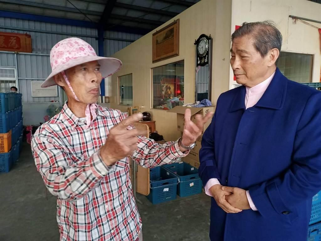 中華統一促進黨總裁「白狼」張安樂(右)到嘉義縣大林鎮,聽取農民心聲。(張毓翎攝)