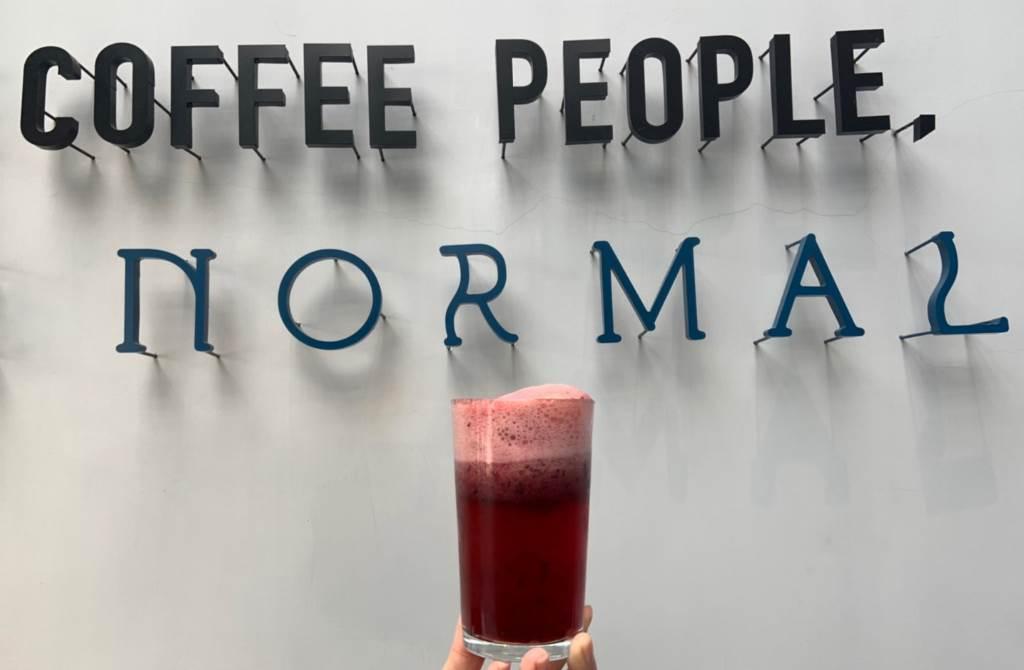 本次更把酸甜藍莓、濃郁巧克力與精品咖啡結合,推出每日限量的藍莓泡泡咖啡特調。(圖/楊婕安攝)