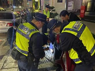 4暖警搶救1支卡進水溝蓋的機車中柱 解決卡卡危機