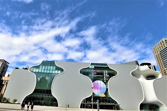 台中國家歌劇院由曾獲普立茲克獎的日本建築師伊東豊雄設計,帶動台中市的建築國際風潮。(盧金足攝)