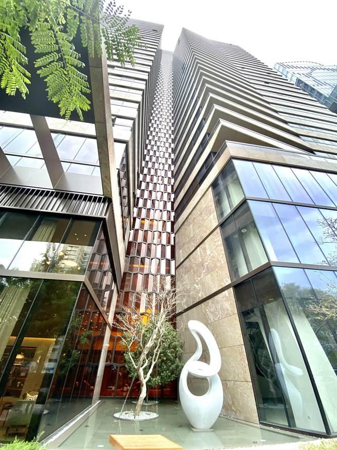 義大利國寶建築師Antonio Citterio,來台中設計的「丽格」作品,以琥珀蜂巢格窗與南非礦石的雕塑性量體成為惠中路新焦點。(盧金足攝)