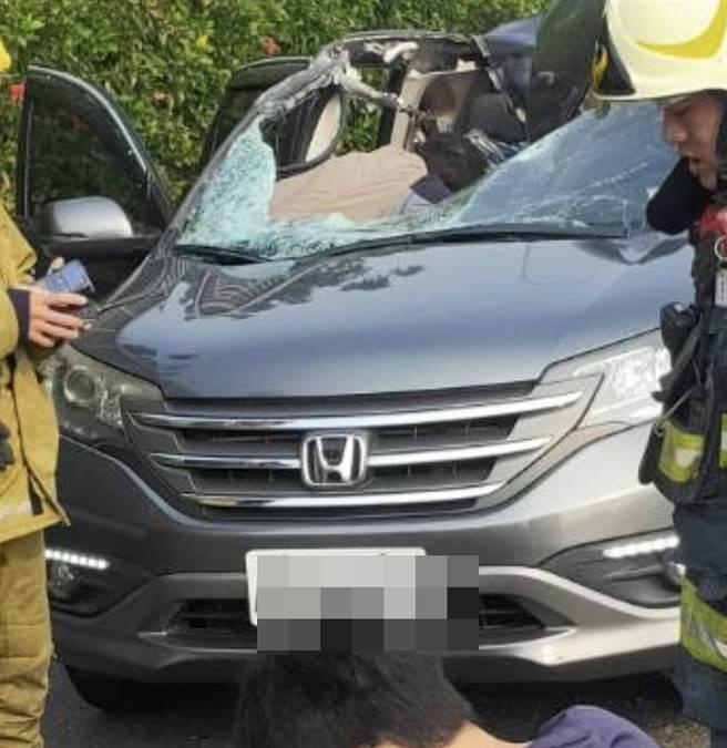 国道一号南下高雄路段传出死亡车祸,一辆自小客车突然遭飞来的轮胎袭击,酿成1死2伤。(民眾提供)