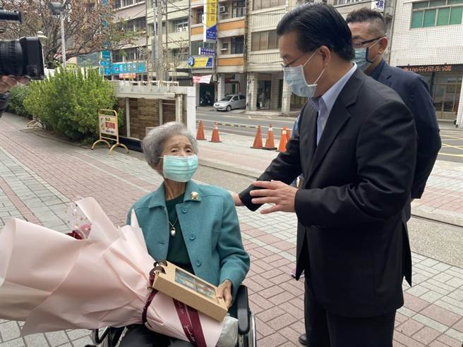 高齡88歲的張淑英老師(左)退休幾十年,仍專程坐輪椅受邀出席,校長洪榮炎(右)親自在校門口相迎。(校友提供/謝瓊雲彰化傳真)