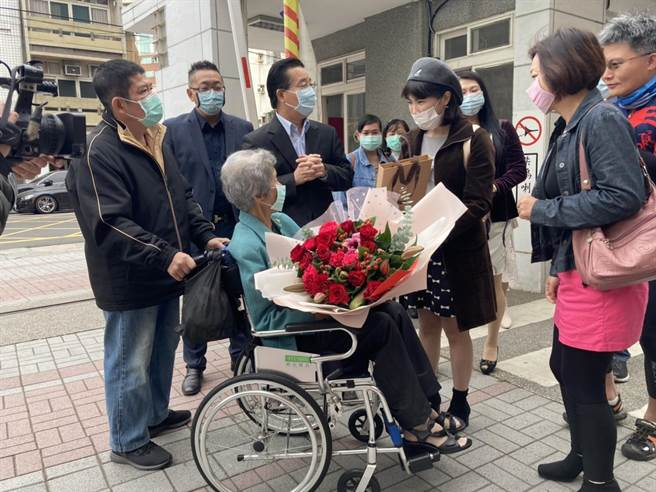 高齡88歲的張淑英老師(中)退休幾十年,仍專程坐輪椅受邀出席,昔日學生們熱情送上花束表達感恩謝意。(校友提供/謝瓊雲彰化傳真)