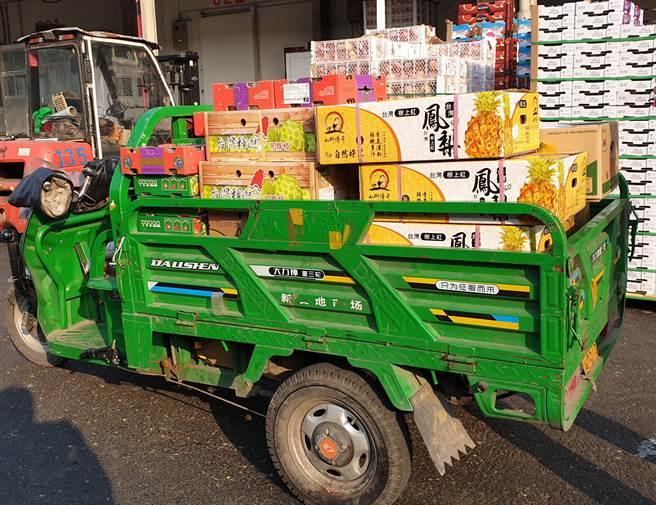 北京市新發地農產品批發市場。圖為市場裡的一台小貨車上,裝滿來自台灣的鳳梨和釋迦,準備運到顧客手上。(資料照/藍孝威攝)