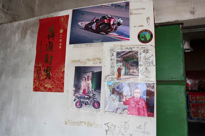 嘉义县台3线312公里处的柑仔店旁墙上,贴着一张张「干谯阿嬷」的照片。(张毓翎摄)