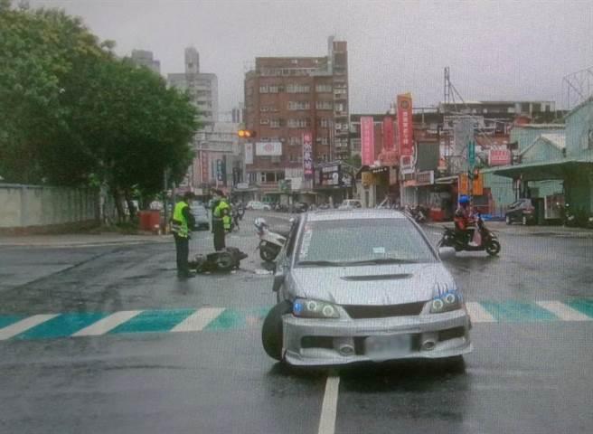 丘教練騎機與左轉車輛發生撞擊,頭部送創送醫搶救後仍是不治。(翻攝畫面/李俊淇新北傳真)