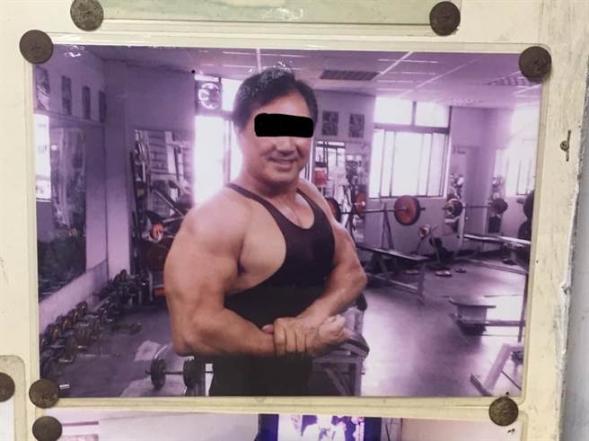 健身院內還掛著丘教練的照片。(翻攝畫面/李俊淇新北傳真)