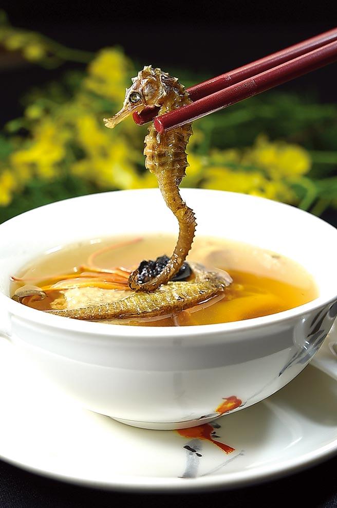 〈皇豪〉中餐廳標榜食材用料高檔,〈蟲草海馬燉螺頭〉用了兩種螺肉並以海馬入饌。圖/姚舜