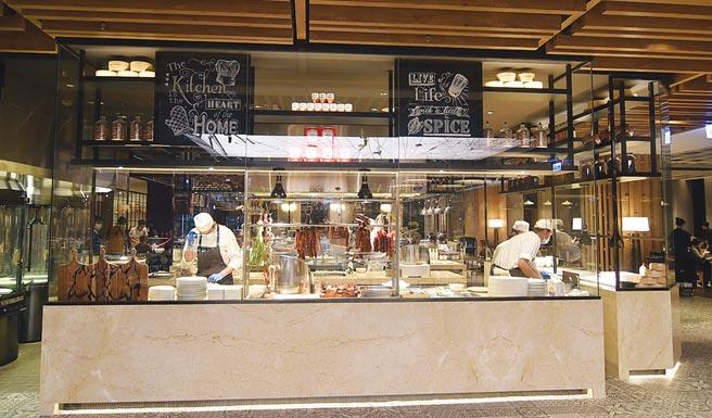 〈京翠港式飲茶〉採開放式設計,客人可清楚看見料理過程。圖/姚舜