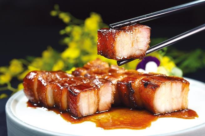 〈黑豬腩叉燒〉以台灣黑豬的五花肉肥3、瘦7的比例燒製。圖/姚舜