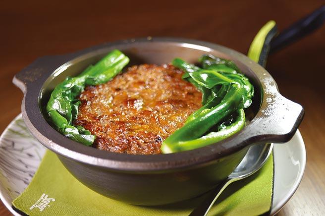 〈鹹魚吊片蒸肉煲仔飯〉鹹魚吊片蒸肉蒸好後再香煎。圖/姚舜