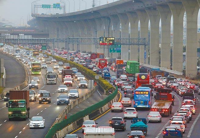 今起進入3天228連續假期,高公局預估將有出遊車潮,國道5號的交通狀況最嚴峻。圖為國道1號昨日壅塞路況。(范揚光攝)