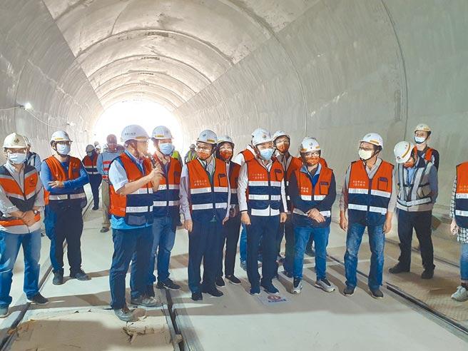 新北市长侯友宜26日上午视察安坑轻轨车站、机厂施工进度,力拚2022年顺利通车。(叶书宏摄)