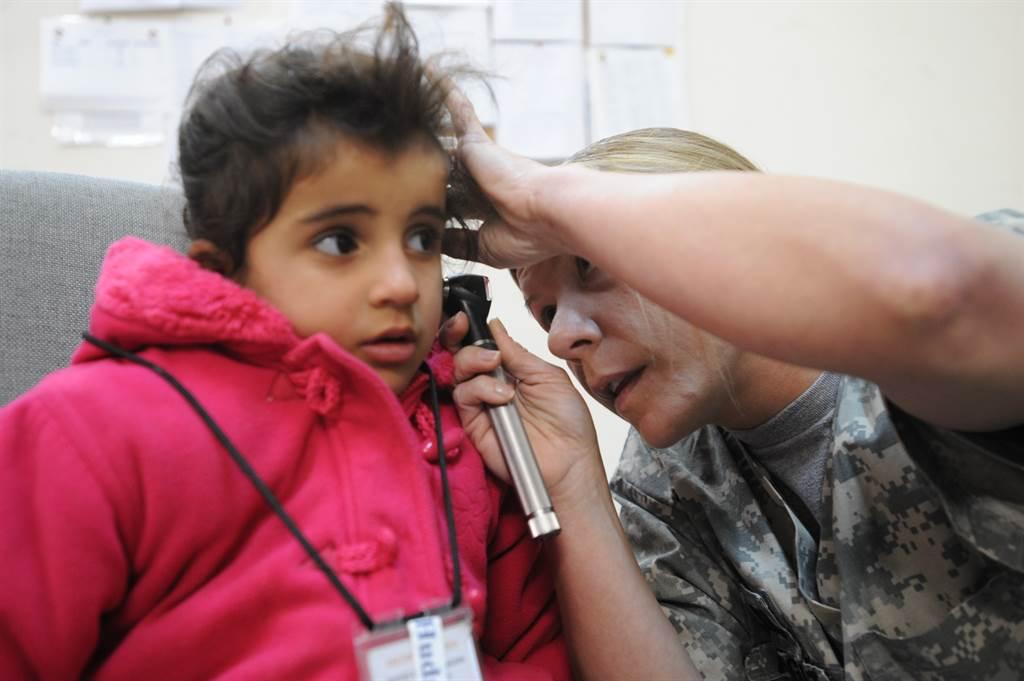研究团队发现,每天一杯咖啡可降低听力下降风险达15%。图为美陆军为伊拉克孩童检查听力。图/DVIDS(photo:ChinaTimes)