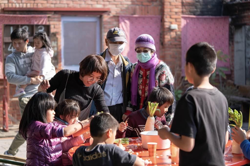 主辦單位教導小朋友們雕刻蘿蔔燈。(苗栗縣傳統聚落文化協會提供/謝明俊苗栗傳真)