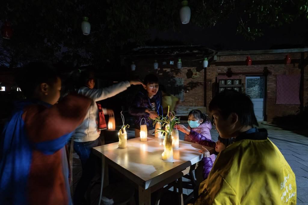 27日元宵夜小朋友點亮自己做好的蘿蔔燈。(苗栗縣傳統聚落文化協會提供/謝明俊苗栗傳真)