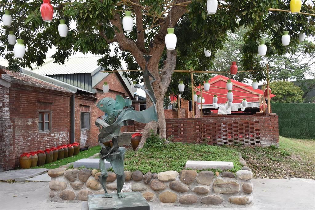 今年蘆竹湳好采頭藝術祭請來國際級雕塑名家李光裕展出「牛轉乾坤」系列作品。(謝明俊攝)