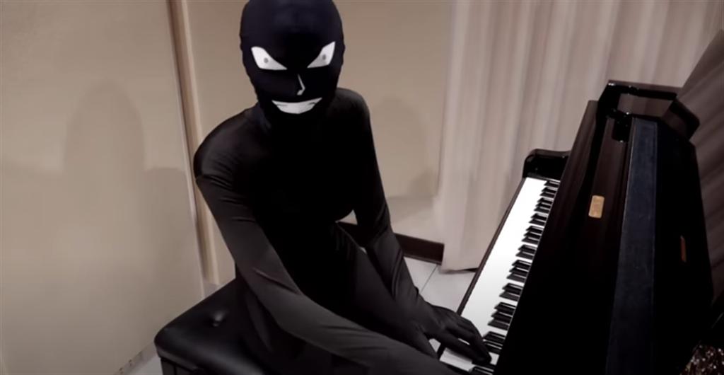 台湾爆乳钢琴师罕见露脸,结果是扮成「名侦探柯南」里的凶手。(翻摄自Pan Piano YouTube )