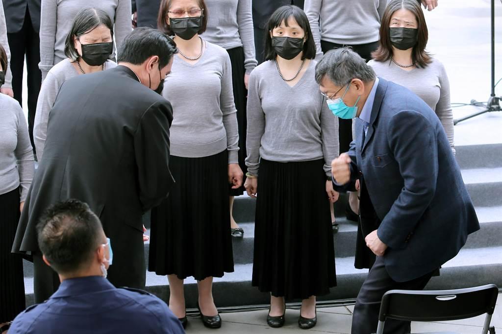 前總統馬英九(左)、台北市長柯文哲(右)28日出席台北市228事件74周年紀念會,兩人先後抵達會場,晚到的柯文哲僅伸出手肘向馬致意,雙方互動不多,行禮如儀。