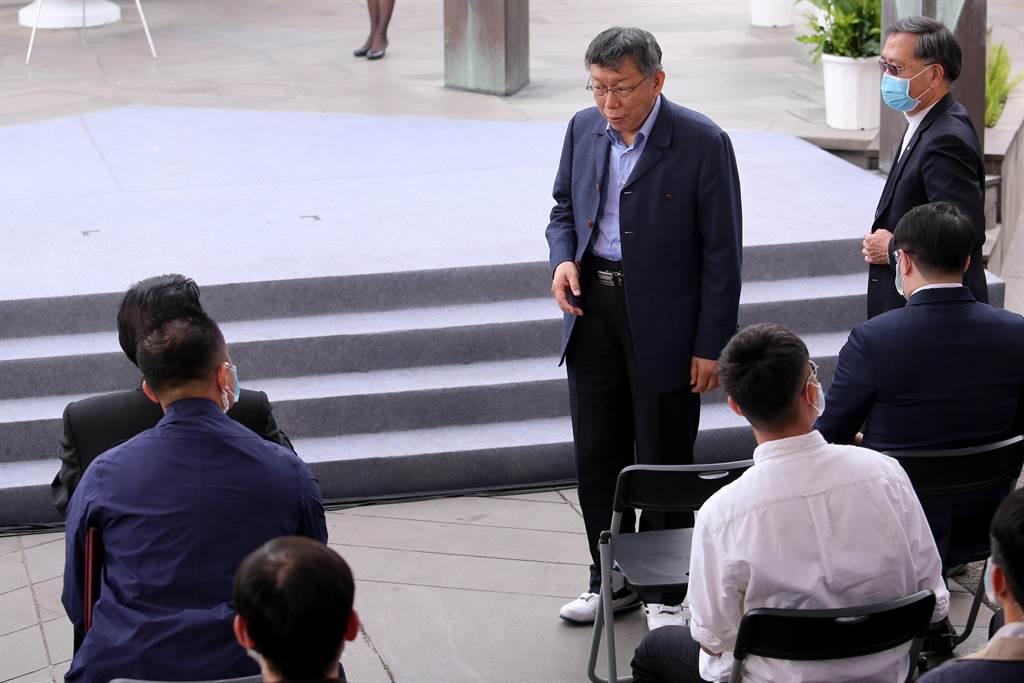 前總統馬英九(左後坐者)、台北市長柯文哲(中站立者)28日出席台北市228事件74周年紀念會,雙方互動不多,行禮如儀。(黃世麒攝)