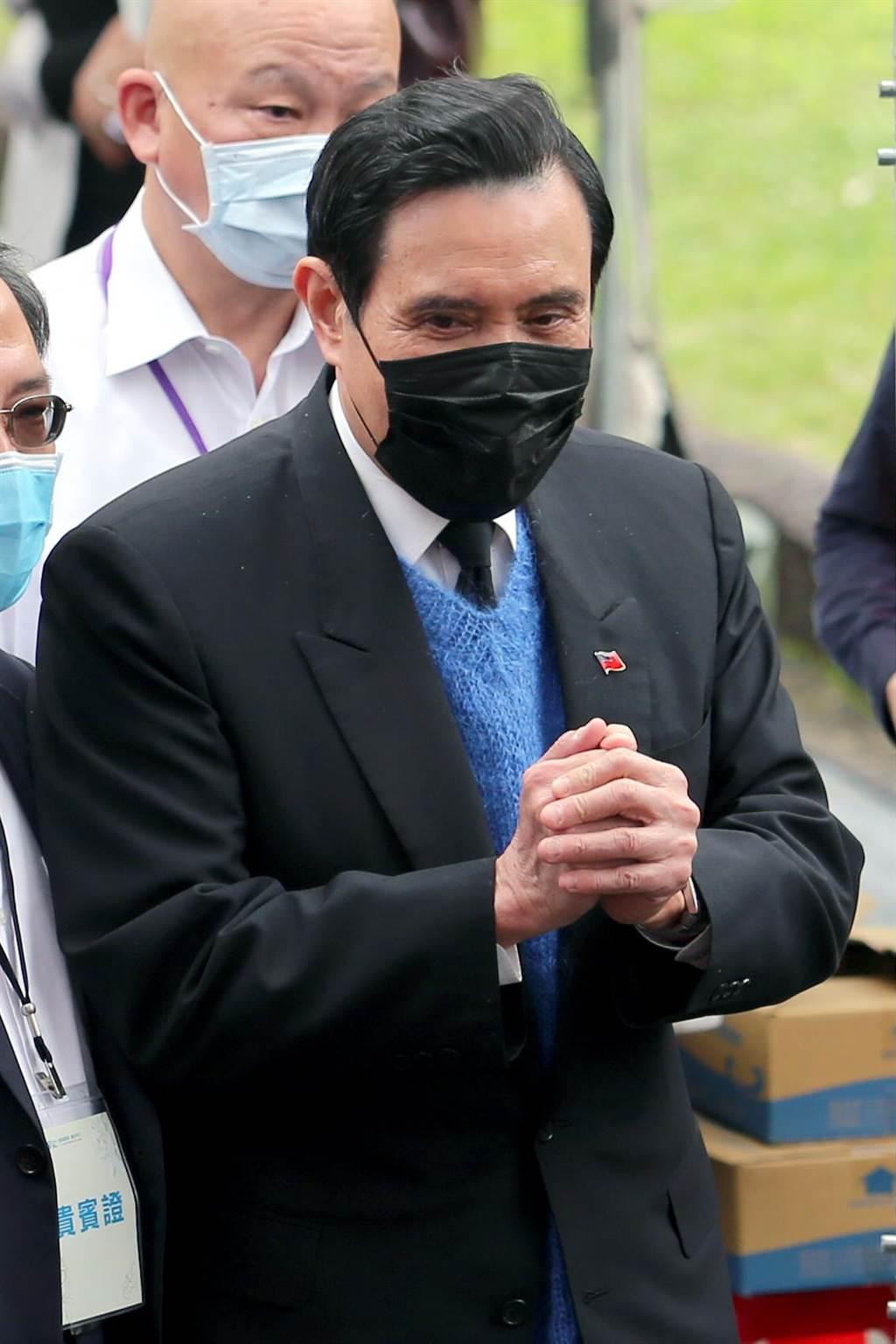 前總統馬英九28日出席台北市228事件74周年紀念會時致詞表示,今天特別穿上的淺藍色毛衣,是228受難者家屬送給他的,在這個日子裡讓他覺得特別溫暖。(黃世麒攝)