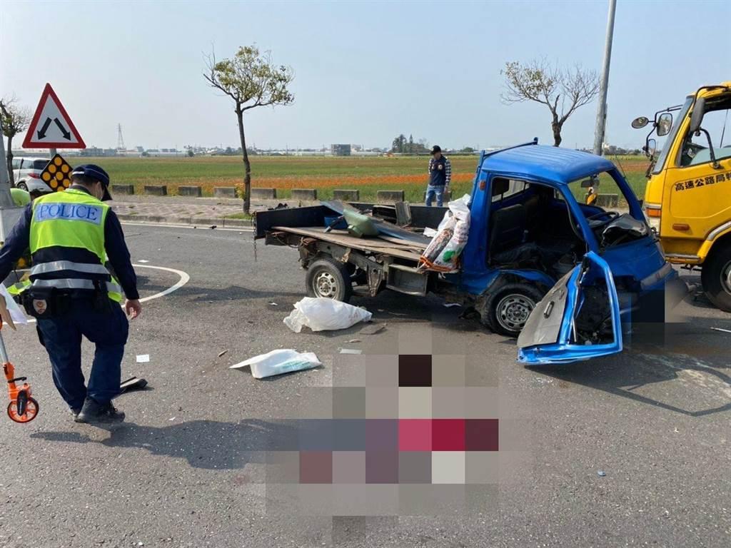小貨車右側車身凹陷,車上的蘇姓駕駛當場被噴飛出去。(嘉義縣消防局提供/張毓翎嘉義傳真)