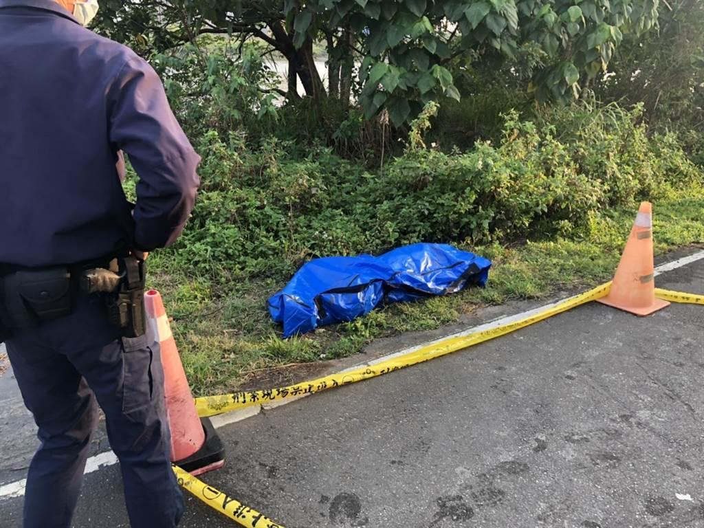 警方在新月橋下現場拉起封鎖線,防止民眾誤闖破壞。(翻攝畫面/李俊淇新北傳真)