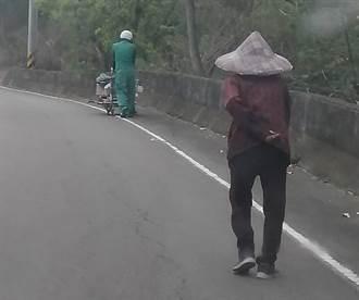 背影照曝光 不捨阿嬤推回收車爬坡 綠衣天使一幫就是2公里