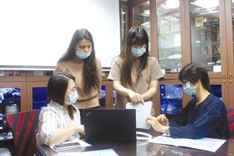 協助學生認識產業技術 榮紹 建塑膠射出知識庫