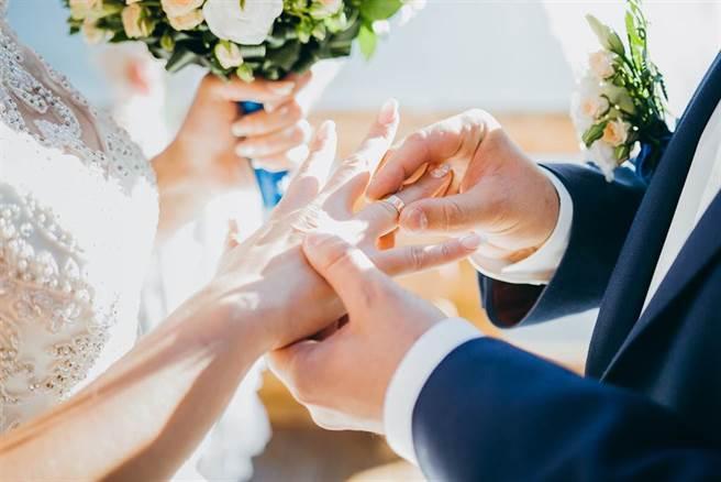 婚礼是人生中最重要的关卡,不论男女都会全力打扮,展现自己最美的一面,在眾人祝福下完成终身大事。(示意图/shutterstock)