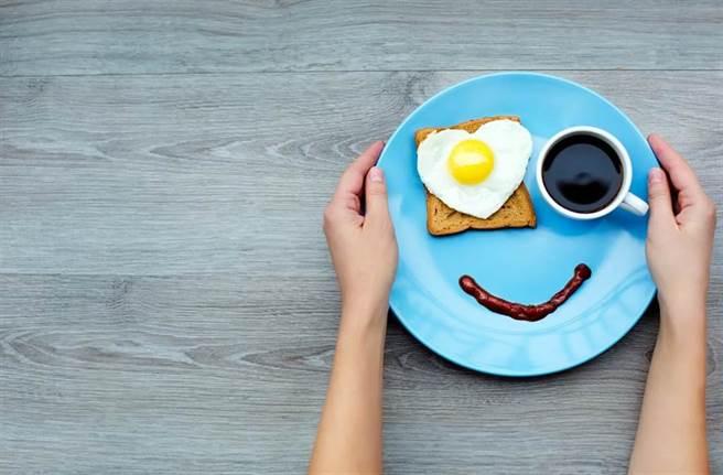 除了麵包加蛋配咖啡,早餐還可以有些不同的變化。(示意圖/Shutterstock)
