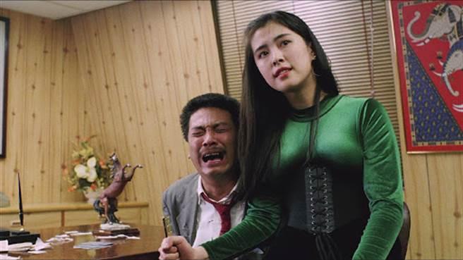 王祖賢在《賭神》中拿刀插吳孟達大腿成經典畫面。(圖/翻攝自微博)