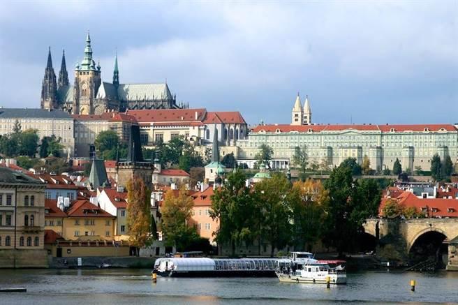 去年3月,新冠肺炎疫情開始在歐洲延燒,原本28人報名的「奧捷10日遊」,有20人取消,旅行團因人數不足取消行程,有3名旅客提告求償。圖為捷克布拉格。(中時資料照 陳志東攝影)
