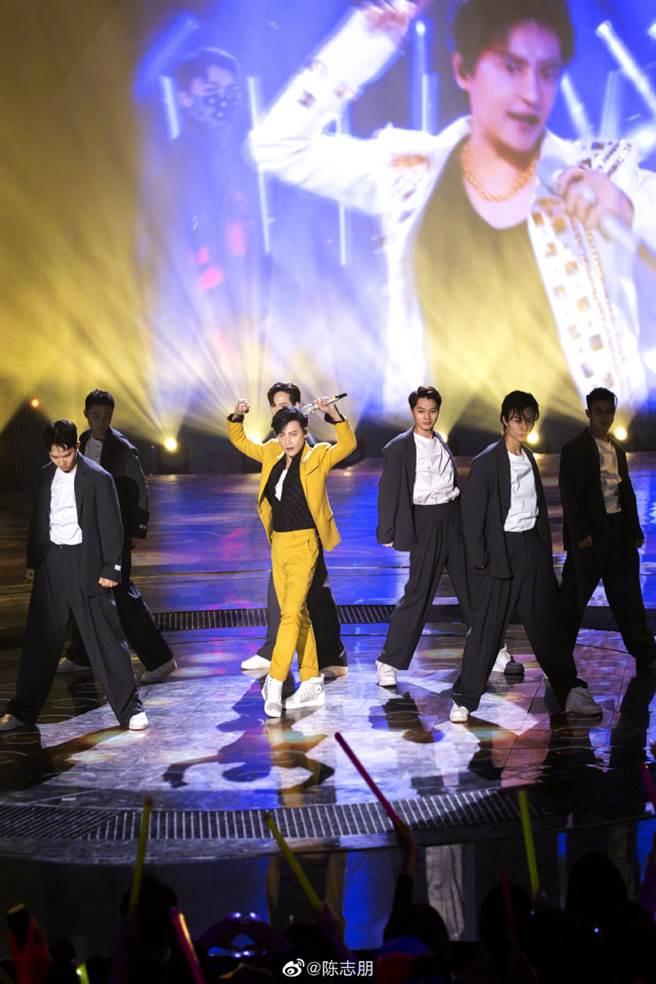 陳志朋在《追光吧!哥哥》大秀唱跳功力,還瘦了12公斤,人氣也跟著水漲船高。(圖/取材自陳志朋微博)