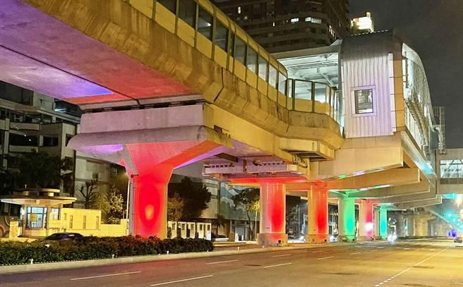 台中市捷運綠線文心森林公園站區間的軌道墩柱,近期中央分隔島裝設七彩投射燈,將不同的燈光色彩變化投射到墩柱上。(市議員張耀中服務處提供/陳世宗台中傳真)