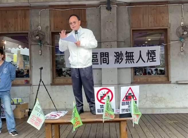 新北市議員陳永福也到場,但致詞時卻遭民眾嗆聲下台,他表示,民眾爭取北宜公路路權的權益要顧及,但周圍民眾受到噪音所苦也必須兼顧。(翻攝)