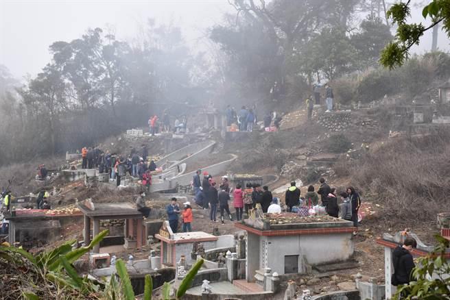 228當天是苗栗縣客家人掃墓祭祖高峰期, 一早就有許多掃墓人潮。(謝明俊攝)