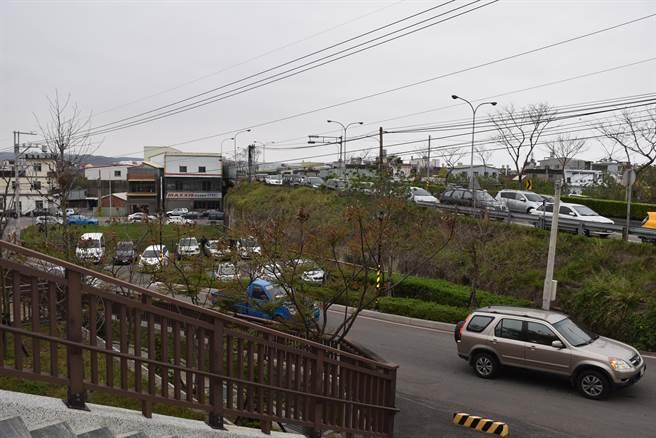 頭份市生命紀念館周邊台1線及台13線一早就出現大量祭祖車潮。(謝明俊攝)