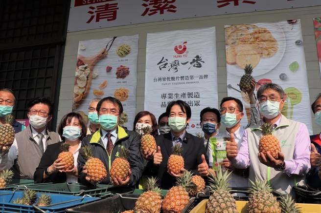 副總統賴清德(右三)出席加工業者採購國產鳳梨媒合會,呼籲國人多吃鳳梨、多挺農民,要讓中國知道,即便政治壓力再大,都壓不壞鳳梨。(劉秀芬攝)