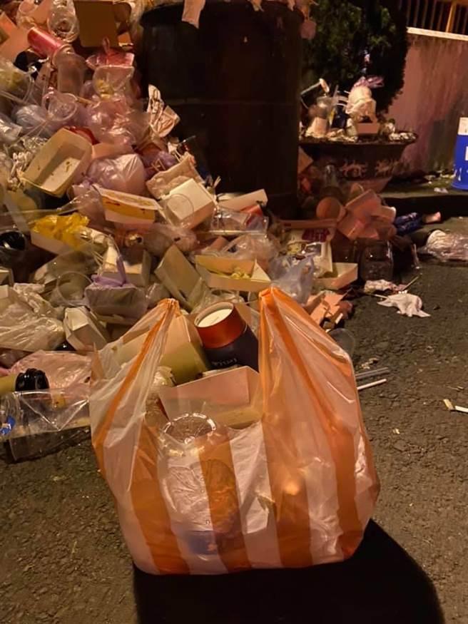 家住協雲宮附近的張姓民眾,PO出垃圾堆滿地的照片,批評遊客缺乏公德心,櫻花季期間垃圾撿不完。(民眾提供/巫靜婷苗栗傳真)