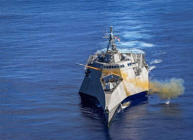 美海軍前潛艦指揮官建議,美軍應快速部署更多的反艦飛彈,並分散、強化區域內的軍事資產,才能嚇阻大陸侵犯臺灣。圖美海軍「吉佛茲號」在太平洋演習中發射海軍打擊飛彈。(圖/DVIDS)
